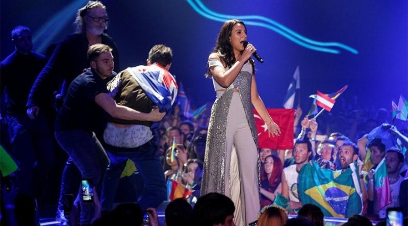 Eurovision'da Büyük Skandal! Cemile Şarkı Söylerken Sahneye Fırladı Ve…