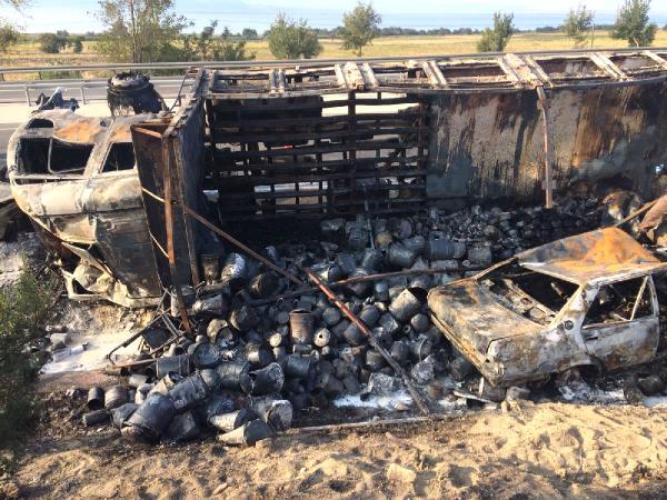 Feci Kaza! Kamyon Karşı Şeride Geçerek İki Aracın Üzerine Devrildi: 2 Kişi Yanarak Can Verdi