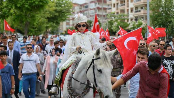 İzmir'in Gaziemir İlçesi'nde Şehit Oğlunun Sünnet Töreninde Konvoya Binlerce Kişi Katıldı