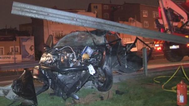 TEM - Okmeydanı Bağlantı Yolunda Korkunç Kaza! Araç Hurdaya Döndü: 2 Yaralı