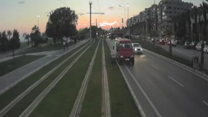 Tramvay Raylarında Namaz Kılan Adamı Gören Kadın Makinist Kontak Kapattı
