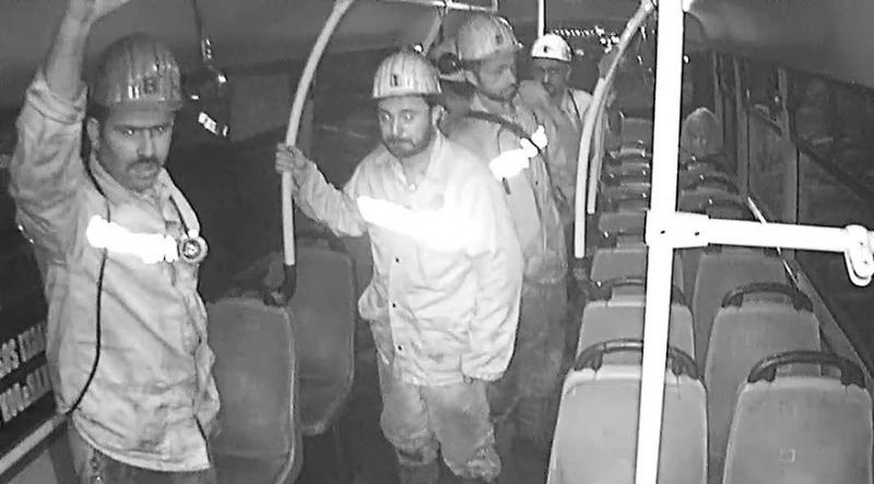 Zonguldak'ta İşten Çıkan Elmas Yürekli Madenciler, Boş Belediye Otobüsünün Koltukları Kirlenmesin Diye Ayakta Yolculuk Yaptı