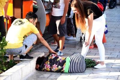 Bodrum'da Tur Rehberi Alkollü Kadın, Gençlere Saldırıp Kendisini Otomobillerin Altına Attı!