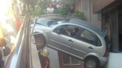 İstanbul'da Kadın Sürücü Aracı ile Havada Asılı Kaldı