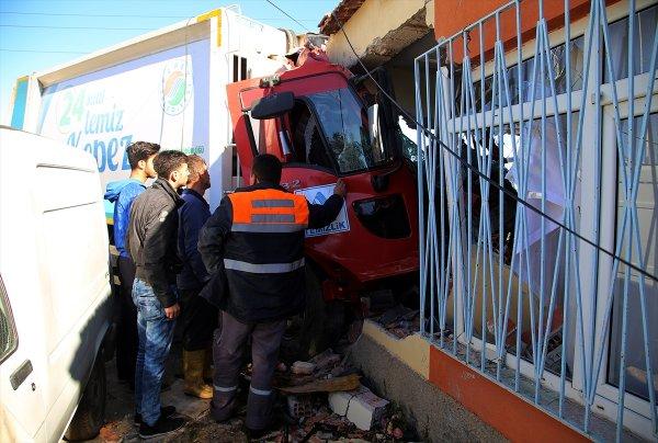 Antalya'da Akıl Almaz Kaza! Kontrolden Çıkan Çöp Kamyonu Eve Daldı: 3 Yaralı