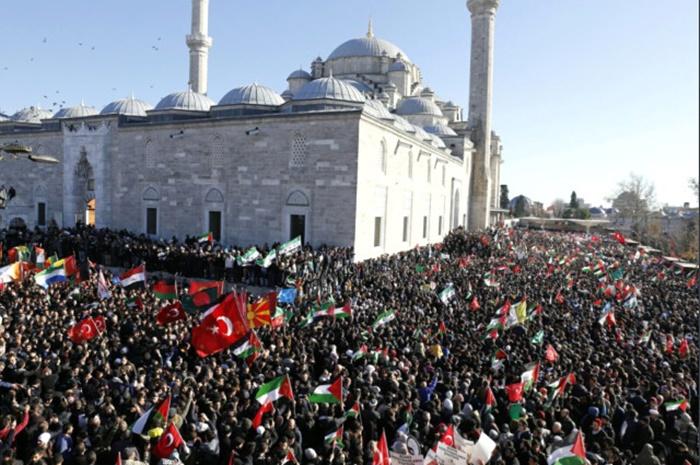 Bayrağını Kapan Fatih Camii'ne Akın Etti! Türkiye'de Dev Kudüs Protestosu!