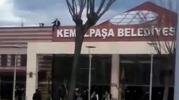 Belediye Binasında Şok Olay! Kadrolu İşçi Yeri Değiştirilince Binanın Çatısına Çıkıp İntihara Kalkıştı