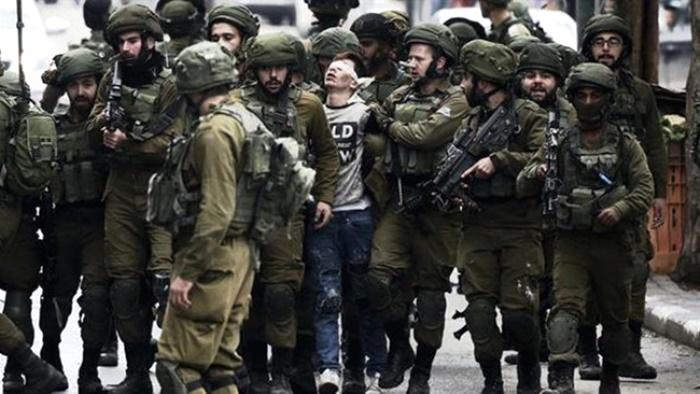 Bu Fotoğraf İsrail'i Dünyaya Rezil Etti! 14 Yaşındaki Filistinli Direnişçiyi 25 Asker Gözaltına Aldı