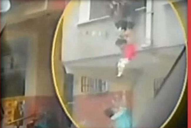 Bu Oyun Mu? Sorumsuz Anne Oyun Adı Altında Kızını Balkondan Aşağıya Sarkıttı!