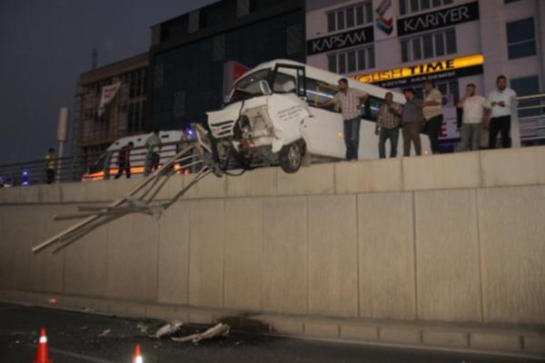 Elazığ'da Yürekleri Ağza Getiren Kaza! Minibüs Alt Geçitte Asılı Kaldı: 7 Yaralı