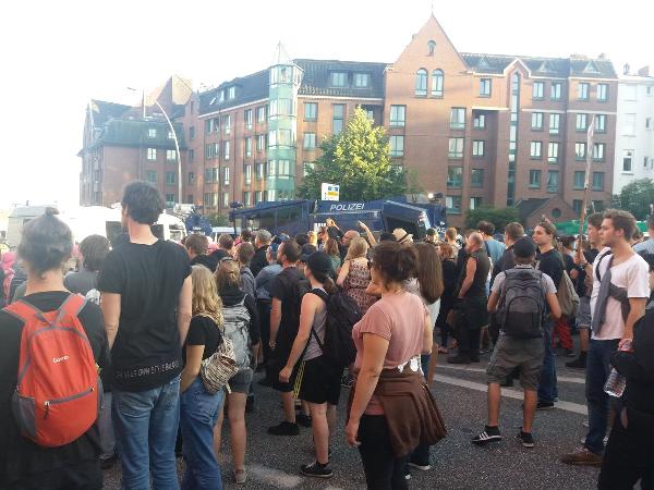 G-20 Zirvesi Öncesinde Hamburg Savaş Alanına Döndü! Polis Göstericilere Sert Müdahale Etti!