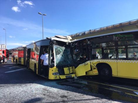 Metrobüsler Kafa Kafaya Çarpıştı: 3'ü Ağır 29 Yaralı!