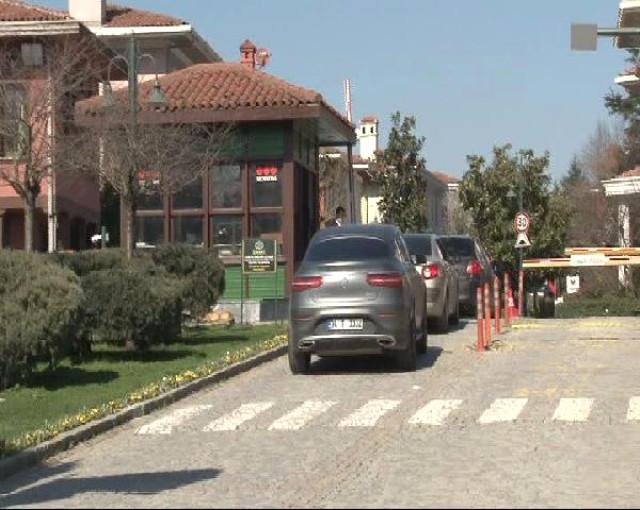 Jet Faciasında Kızlarını Kaybetmişlerdi! Evleri Ziyaretçi Akınına Uğradı, Kapıda 2 Ambulans Bekletiliyor