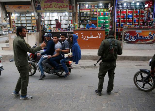 Münbiç'te Gündüz Vakti Şok Görüntüler: YPG'li Teröristler Yol Kesip Kimlik Kontrolü Yaptı!