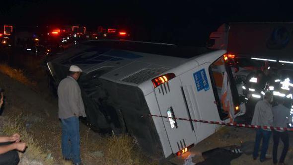 Sivas'ta Feci Kaza! Yolcu Otobüsü ve Otomobilin Çarpışması Sonucunda 1 Kişi Öldü, 17 Kişi Yaralandı