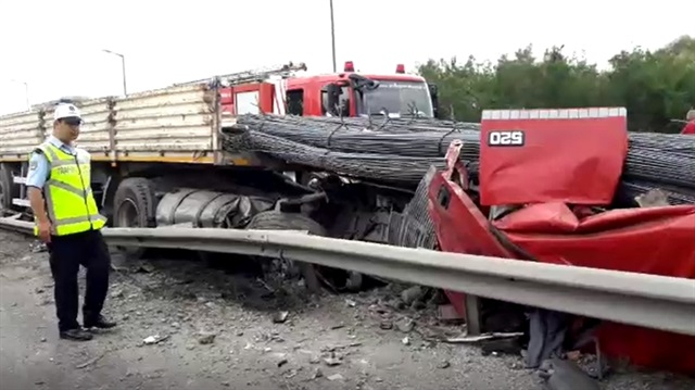 Tem Otoyolu'nda TIR Duvara Bariyerlere Çarptı, Şoför Hayatını Kaybetti