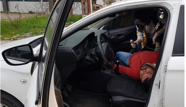 Uyuşturucu Kullanarak Baygınlık Geçiren Adam Polisleri Görünce Yaptığıyla Herkesi Şaşkına Çevirdi!