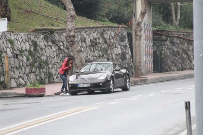 Yakıt Deposuna Sul Dolduran Ebru Polat'tan Gazetecilere Tepki: