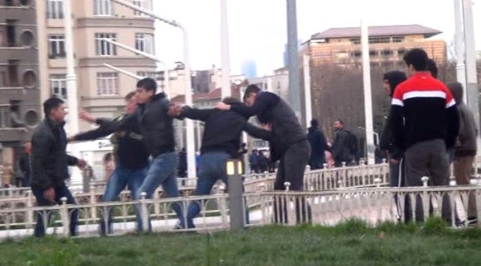 Yer: Taksim Meydanı! Bu kavga Biraz İlginç, Dinlene Dinlene Birbirlerini Dövdüler