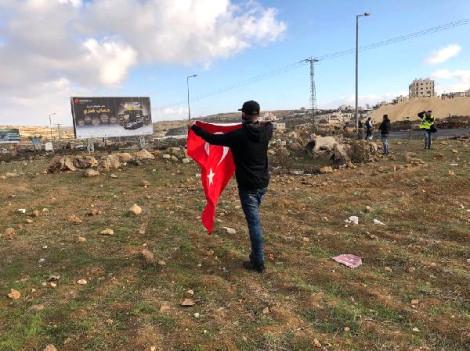 Filistin'de Koca Yürekli Yiğit! Sırtındaki Türk Bayrağıyla İsrail Askerlerine Meydan Okudu