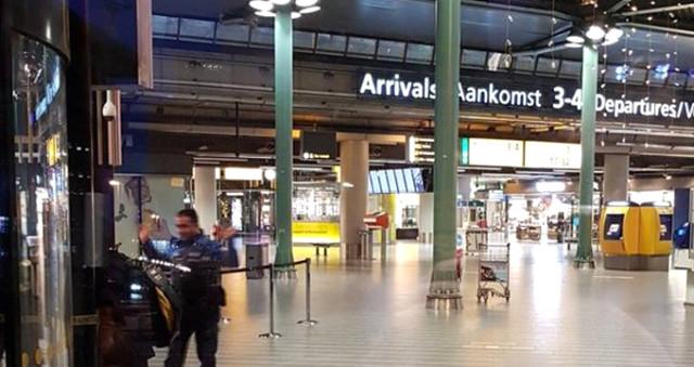 Havalimanında Gergin Saatler! Elinde Bıçakla Çevredekilere Saldıran Şahıs Vurularak Yakalandı