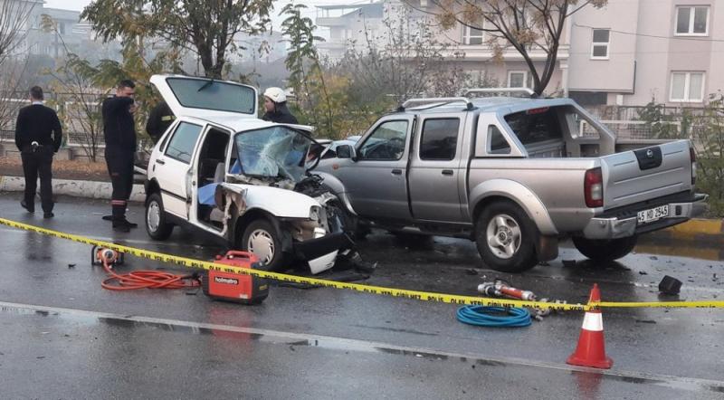 Manisa'da Kamyonet Otomobille Çarpıştı! 1 Kişi Öldü, 2 Kişi Yaralandı