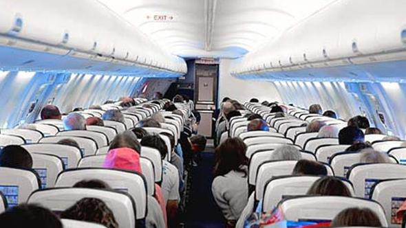 Taciz Skandalları Bitmiyor!  Uçakta Uyuyakalan Kadın Yolcu Elini Yanındaki Adamın Cinsel Organında Buldu