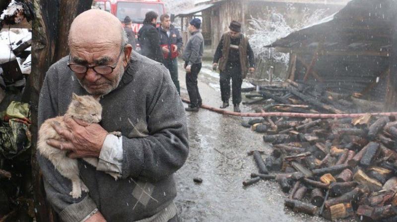Tüm Türkiye Onu Konuşuyor! Yanan Evinde Mahsur Kalan Kedisine Ağlayan Ali Dedeye Güzel Haber