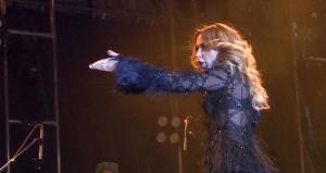 Murat Boz'la Konser Vermişti! Hadise'nin Sahnede Çileden Çıktığı Anlar Şaşkına Çevirdi