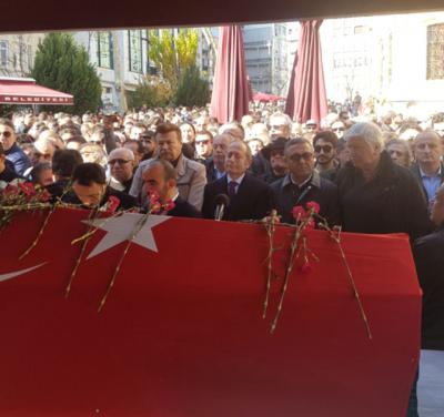 """""""Aç Kapıyı Veysel Efendi Mahmut Hoca Gidiyor!"""" Münir Özkul Binler Eşliğinde Son Yolculuğuna Uğurlandı"""