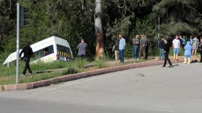 Adana'da Öğrenci Servisi ile Otomobil Çarpıştı 13 Yaralı
