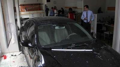 Adana'da Otopark Görevlisi Park Etmeye Çalıştığı Otomobille Bankaya Girdi!