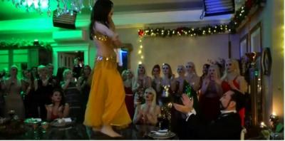 Adnan Oktar Yine Abarttı! Kedicikleri Dansöz Gibi Oynatıp Yılbaşı Partisi Verdi