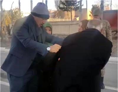 AK Partili Vekilden Yürekleri Isıtan Hareket! Şehit Cenazesinde Üşüyen Asker Babasına Yaptığı Hareketle Alkış Topladı