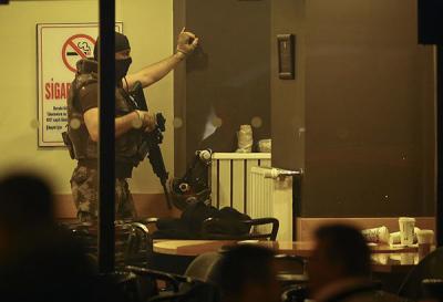 Ankara'da Gece Yarısı Film Gibi Operasyon Kendini Tabancayla Tuvalete Kilitleyen Adam Ortalığı Ayağa Kaldırdı