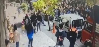 Avcılar'da Büyük Öğrenci Kavgası! Sopalarla Taşlarla Birbirlerine Saldırdılar