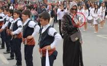Cumhuriyet Bayramı Kutlamasında Bıçaklı Kadın
