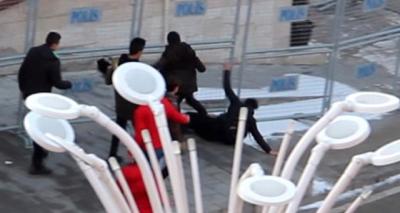 Erzurum'da Dehşet Anları! Lise Öğrencisini Çembere Alan Kalabalık Grup Öldüresiye Dayak Attı