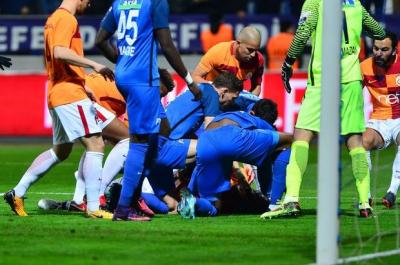 Galatasaray Maçında Büyük Şok! Yıldız Futbolcunun Ölümden Döndüğü Anlar