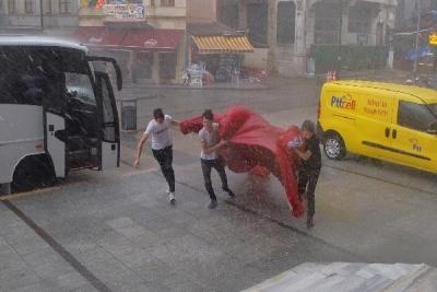 Gençlerden Alkışlanacak Hareket! Fırtınadan Düşen Bayrağı Yerden Almak İçin Koştular