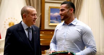 Hediyesi Mest Etti! Dünya Şampiyonu Boksör Cumhurbaşkanı'nı Makamında Ziyaret Etti