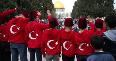 İşgalci İsrail Türk Bayrağını Görünce Çıldırdı! Mescid-i Aksa Girişinde 2 Türk'e Gözaltı
