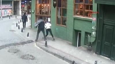 Kadıköy'de Akıl Almaz Olay! Genç Kız Yolda Yürürken, Tanımadığı Kişinin Yumruklu Saldırısına Uğradı!