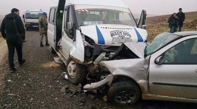 Son Dakika! Diyarbakır'da Öğrenci Servisi ile Otomobil Çarpıştı: 19 Yaralı