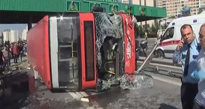 Son Dakika! İstanbul'da İki Katlı Halk Otobüsü Devrildi, Çok Sayıda Yaralı Var