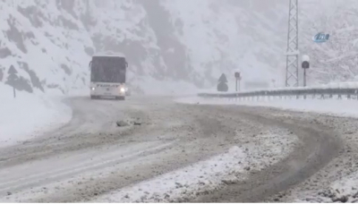 Sürücülerin Kar Esareti Başladı! Zigana Beyaza Büründü, Araçlar Yolda Kaldı