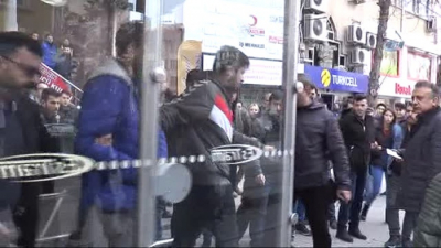 Tramvayda Genç Kızı Taciz Etmeye Çalışan Sapığa Vatandaşlardan Meydan Dayağı