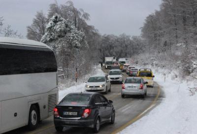 Uludağ'da Kar Esareti! Araçlar Yolda Kaldı Zincir Satıcıları Bayram Etti