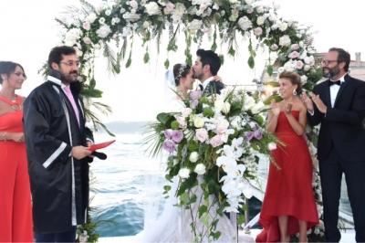 Yılın Düğünü Yapıldı! Fahriye Evcen ve Burak Özçivit Evlendi!