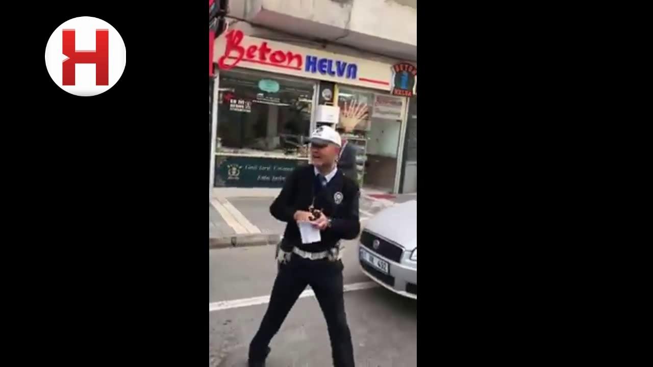 Ceza Yazarken Şarkı Söyleyen Trafik Polisi Sosyal Medyayı Salladı